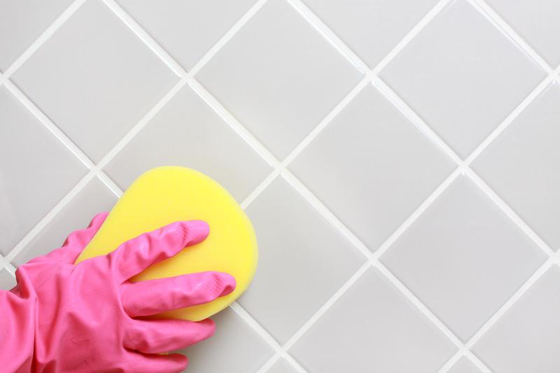 почистить плитку в ванной