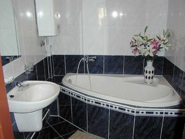 Щели между ванной и стенкой