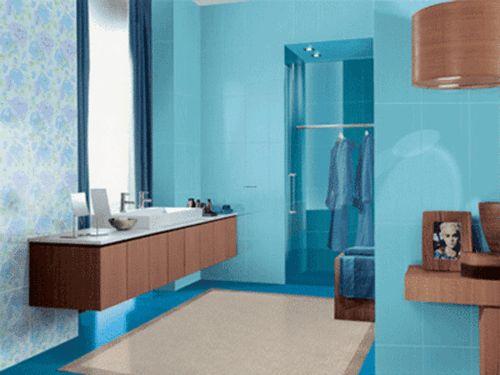 голубая плитка коричневая мебель