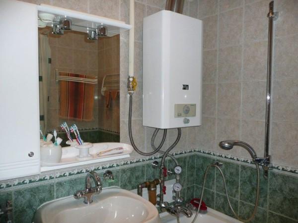 газоколонка в ванной комнате