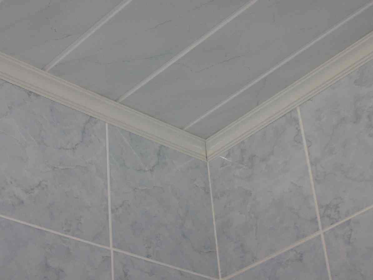 потолочный плинтус в ванной