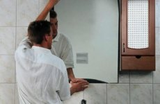 Несколько способов повесить зеркало в ванной комнате
