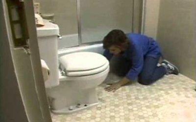 Отделка пола в ванной комнате линолеумом