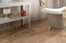 Красивое и практичное решение для ванной комнаты: плитка под дерево