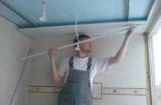 Как сделать потолок в ванной из пластиковых панелей?