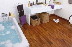 Ощущение уюта и тепла обеспечит тиковый пол в ванной
