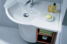 Маленькую ванную спасет угловая раковина с тумбой