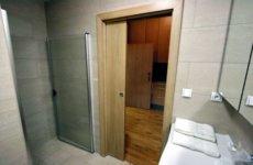 Как установить дверь в ванную своими руками