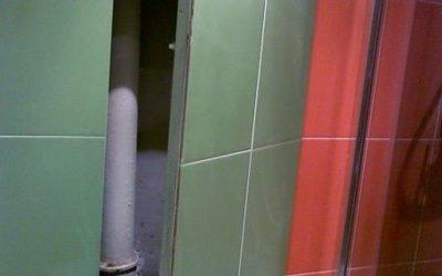 С глаз долой: как закрыть трубы в ванной