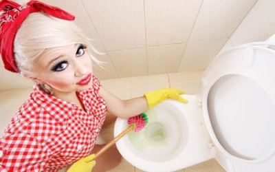 Как правильно прочистить засор в унитазе?