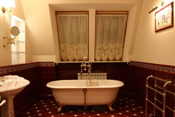 бордовый ванна