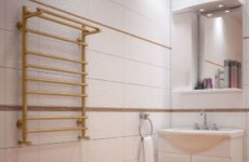 Как установить водяной полотенцесушитель с полкой